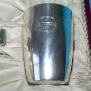 Detalle del vaso con el escudo gravado