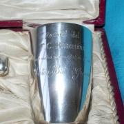 Inscripción del vaso por detrás que dice: Record del F.C.Barcelona en motiu del natalici d´en  Anton Bau i Gracia
