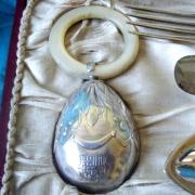 Detalle del sonajero con el escudo grabado
