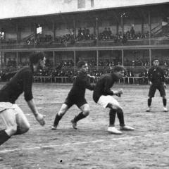 Gabriel Bau baralla una pilota amb la defensa, davant Paulino Alcántara.