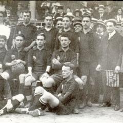 Formació barcelonista que va guanyar el campionat de Catalunya en 1914-1915. De dreta a esquerra: Reguera, Bau (segon per la dreta), Morales, Masana, Bru, Greenwell, R.Morales, Amechazurra, Mallorquí. Wallace II i Peris.