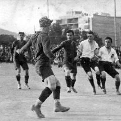 Bau és el que està d'esquena. El partit és entre el FC Barcelona i els suïssos Young Boys de Berna a l'abril de 1916.