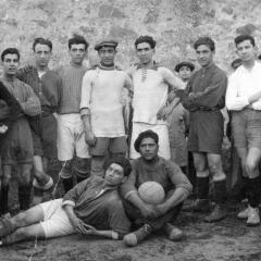 Creiem que la foto pertany a un partit d'entrenament amb el F.C.Barcelona sobre l'any 1917-18. (Bau de peu a la dreta amb samarreta fosca amb els braços creuats)
