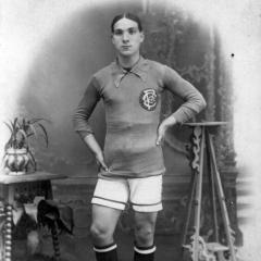 Foto de estudi amb la indumentaria del F. C. España