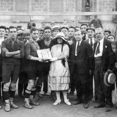 Rebent un trofeu com a capità del Badalona. Entre els anys 1918-1924.