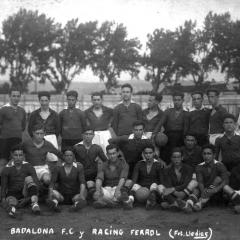 Partit del Badalona contra el Racing Ferrol. Fotografia dels dos equips junts. Entre 1920-1924. Bau, de peu, el tercer per l'esquerra.