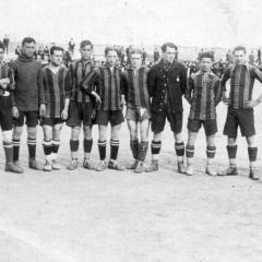 Amb la Selecció Catalana cap el 1921. Bau amb la pilota als peus