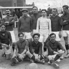 En el camp del España ( al costat del Hospital Clínic ). 1912-13 (avall segon per l'esquerra)