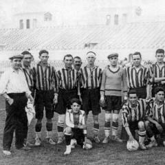 A l'Estadi Olimpic de Montjuïc com entrenador de L'Avenç del Sport (actual Unió Esportiva Sant Andreu) cap el 1925 (Amb gorra, el primer per l'esquerra) . Dempeus el tercer per la dreta és el seu germà Josep Bau que va jugar amb l'Avenç del 25-31 i en 66 partits va fer 6 gols.