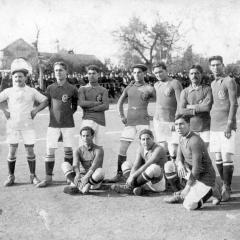 Con Los pequeños diablos (F.C.España) en la temporada 1912-13 (Con gorra, cuarto por la izquierda)