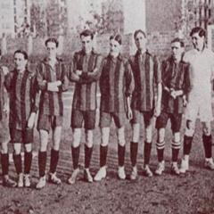Selección Catalana que va vencer a la francesa 1-0 el desembre de 1912 BAU (primer per l'esquerra), SENA, GENARO DE LA RIVA, SAMPERE, SANTIAGO MASSANA, AGUIRRECHE, POMÉS, AMECHAZURRA, REÑÉ, COMAMALA, CASELLAS