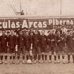 Formació del F.C. Barcelona de la temporada 1914-1915. Bau amb la pilota als peus, al mig del jove filipí Paulino Alcántara al seu primer any amb el Barça amb només 16 anys, i Pere Molins.