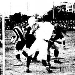 Bau al fons atent en una jugada d'atac durant el partit F.C.Barcelona - R.C.D.Espanyol jugat a l'octubre de 1915.