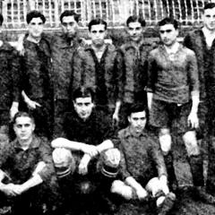 Equip del FCB que es va enfrontar al Reial Madrid el 20 de maig de 1918 i va guanyar 1-2. A dalt a la dreta, Jack Greenwell, entrenador. Bau assegut a la dreta.