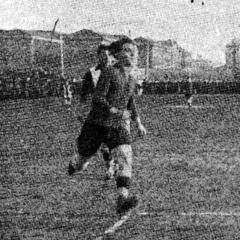 Gabriel Bau i Francesc Pacán Armet durant el partit del Campionat de Catalunya jugat el 13 de gener de 1918 i que van guanyar els pericos 1-2. L'Espanyol va acabar guanyant el Campionat i el Barça va quedar tercer per darrere de l'Espanya