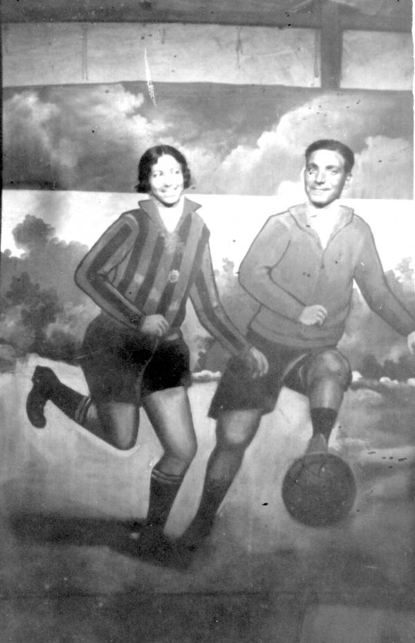 Foto amb la seva dona en un lloc de fotografia de festa major.